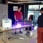 Stand an der VSHSR Untervereinsvorstellung im Herbst 2015. Auf dem Tisch steht ein 3D-Drucker, die 7-Segment LED-Anzeige und ein paar farbige LEDs.