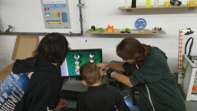 Kontrolle der Lötstellen mit Mikroskop